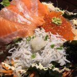 「とびっちょ」の「釜揚げしらす鮭いくら親子丼」